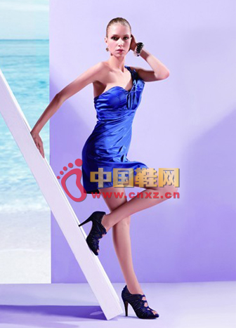 Exposed on the back of the black high-heeled shoes full of free and easy, and navy blue unilateral strapless fit