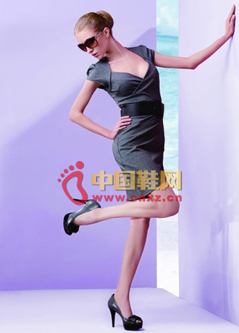 Gray series of shoes and clothing with OL girl the best choice for work and leisure