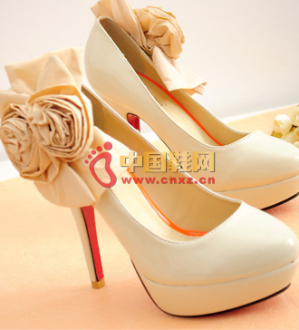 Embellishment of pure white shoes on the ankle, exquisite without losing the noble