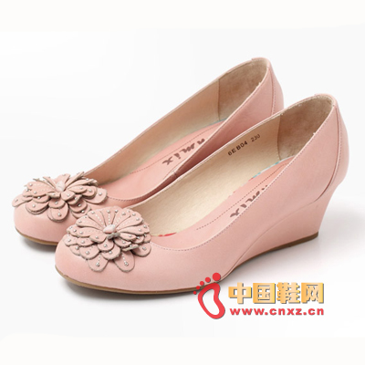 A very sweet Tianmei Yi single shoe, with a sense of overlapping personality of the toe head, bouquet decoration, and beads