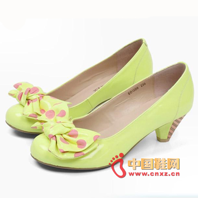 Lemon yellow (day beauty Italian shoes) is the most suitable for wearing in the spring, the bow of the wave point bow personality personality eye-catching