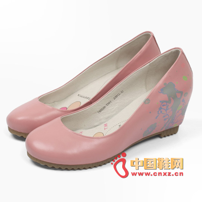 Printed shallow wedge heeled shoes, beautiful flowers on the upper, flower-like girls in them, beautiful and moving