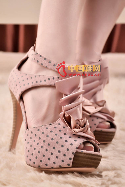 Bow pink sweet dots with fine shoes, super lady style, after the foot is also very delicate