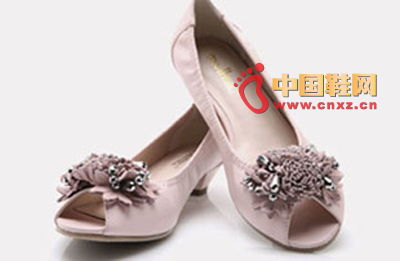 Lightweight mid-heel design that walks on flat ground; flowers with bright beads