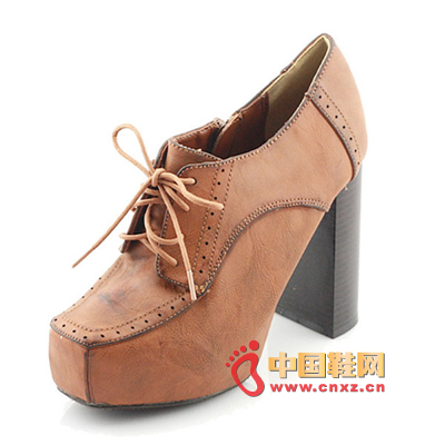 Lacquered high-heeled platform with heels, the classic version of the design, it is easy to wear out the trend of taste.