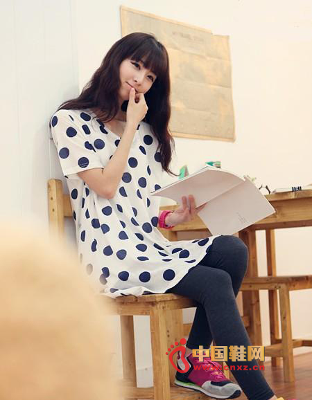 Wave-patterned T-shirt dress with vibrant colors for superb visual enjoyment