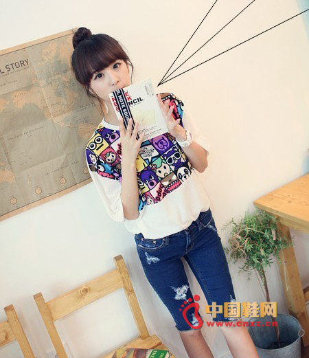 White T-shirt with 5 holes jeans, cartoon patterns on the T-shirt gives a lively and lovely temperament! Immediately enhance the MM's popular quality! Even casual collocation