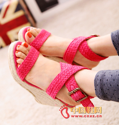Candy-colored hemp rope woven wedge sandals, with a simple match is very much to mention the gas field, so that you are as beautiful as fairies