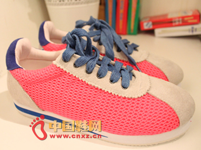 Cute candy-colored sports shoes, bright colors, wild style, revealing a kind of teasing Hong Kong children taste