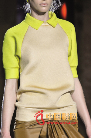 Marc by Marc Jacobs Fluorescent yellow on the shoulders, so that the original dark camel also suddenly light up
