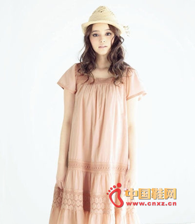 Mori's feminine lace dress is paired with a beach-straw straw hat, which is perfect for summer beach trips.