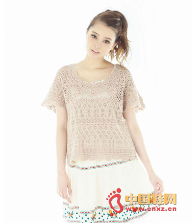 Under the knit blouse, the small thoughts on the bottom of the tank top looming, with a small skirt of national style