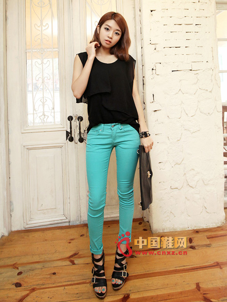 Slim pencil pants, light green and very special, is a very bright color in spring