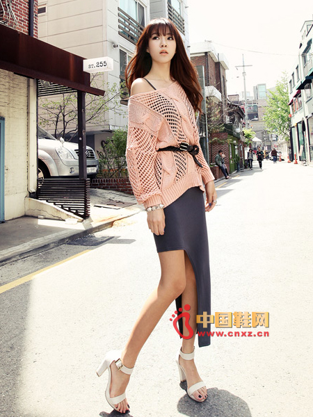 Apricot pink large collar loose sweater, hole sweater, wear very cool. Bare shoulders