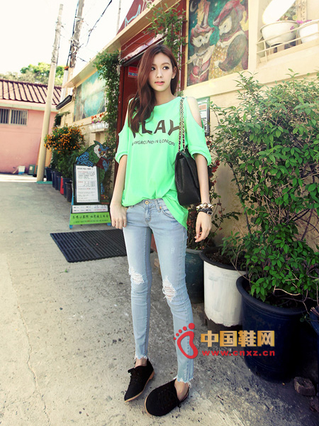 Introducing the fluorescent color that is eye-catching, it is very suitable for a casual T in spring and summer atmosphere. Off-the-shoulder design