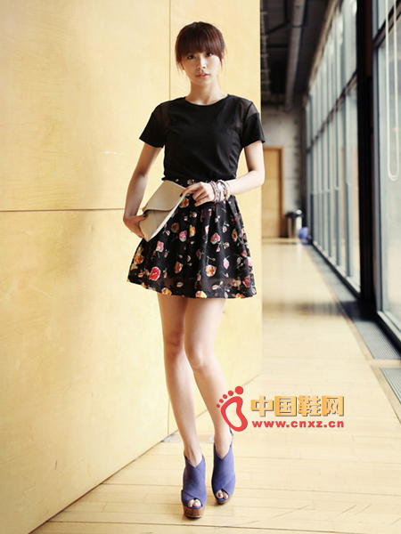 Do you want to be romantic? Try this beautiful floral skirt, with a short skirt.