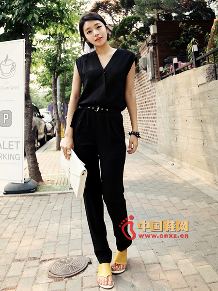 High-quality, handsome jumpsuit, V-neckline, concise and resolute femininity