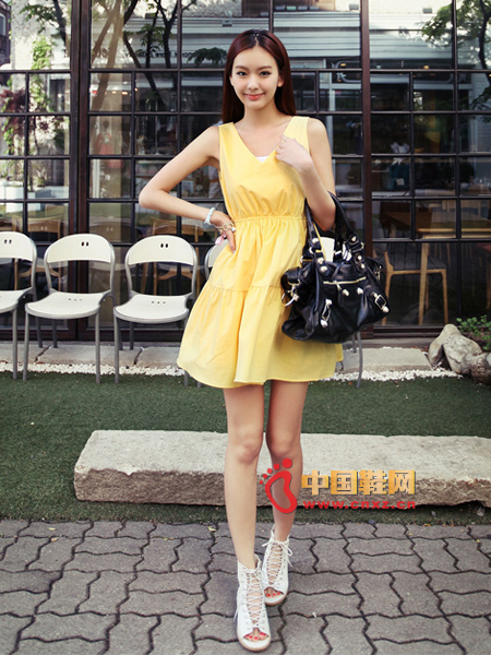 Light yellow deep V-neck dress, pure and lovely style dress, A-version, with layering