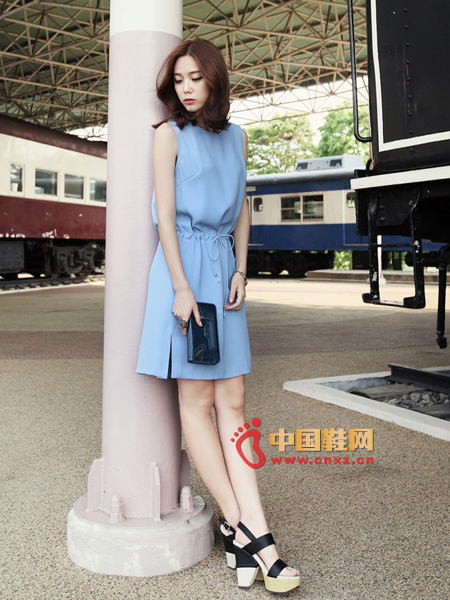 Light blue casual fashion dress, simple shape, highlighting the intellectual charm of women