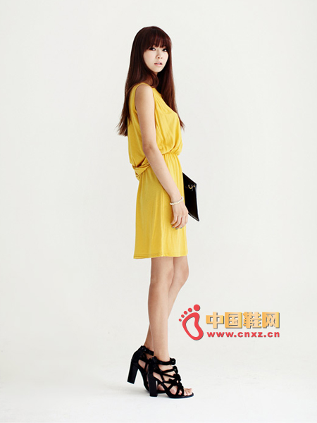 The dress worn on the hot summer days is full of refreshing feeling. The waist elastic design and the neckline hem are very delicate. The shape of the cross from the back of the neck to the back of the waistline is very impressive. The sexy index is UP.