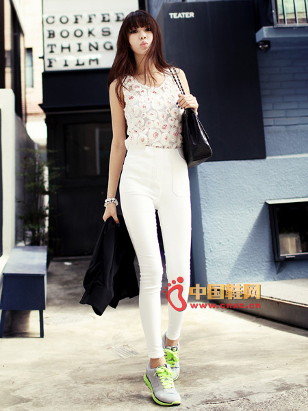 The beauty can not be described as a floral sleeveless shirt, a very special three-dimensional flower design