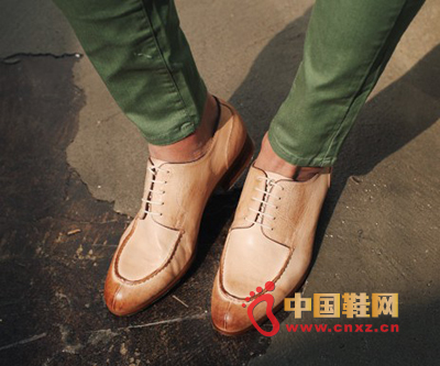 Simple and elegant leather shoes, a simple car toe, elegant design, a touch of light gradient, but also very natural.