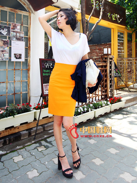 A simple, flexible, slim skirt, bright orange is one of the most popular colors this year.
