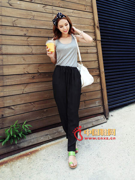 Very comfortable trousers, elastic around the waist, with laces interspersed, the material is soft and comfortable, it is suitable for summer