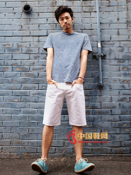 Shorts and casual T-shirts can be said to be the perfect partner, simple and natural white shorts with striped T-shirt