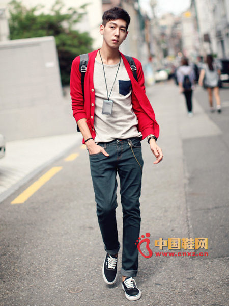Showcasing the style of the college style, slim striped T-shirt