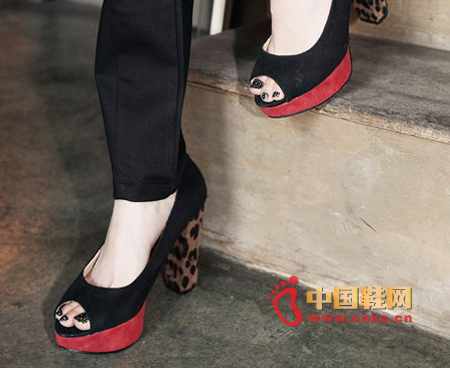 A particularly eye-catching, red waterproof platform, with a thick high-heeled leopard, fish mouth style, modern style, sexy.