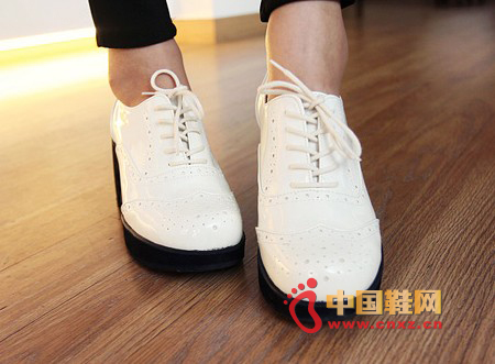 Carved head small shoes, simple, youthful style, thick-bottomed, thick-heeled handles look good