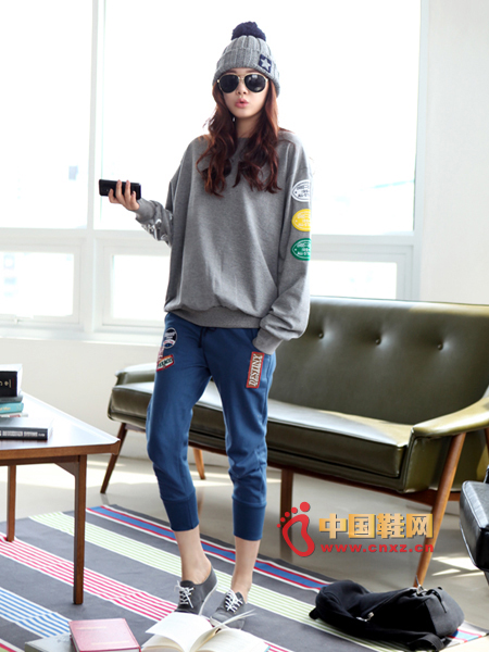 Comfortable sweater with sweatpants and canvas shoes to complement each other, stylish and casual