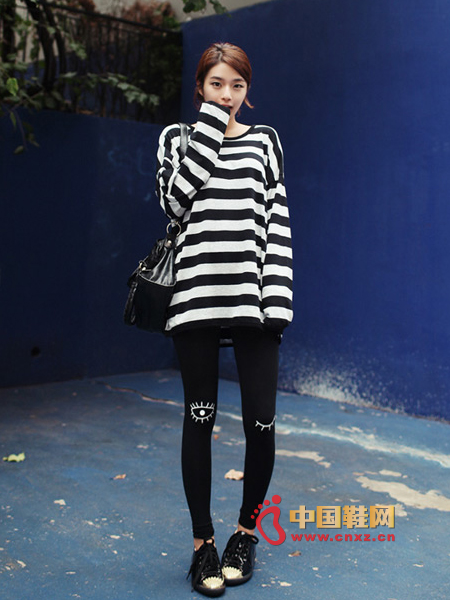Loose black and white stripes T, classic style, simple match