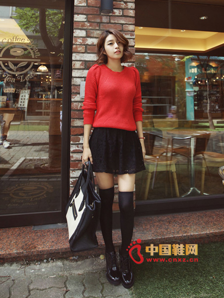Feminine red knit sweater, round collar, proper fit