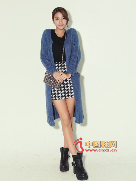 Long-cut cardigan, easy to use, with detailed treatment of the holes, nostalgic style