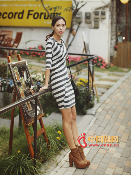 Wearing a particularly lightweight and comfortable dress, horizontal stripes and diagonal stripes combine perfectly with casual style