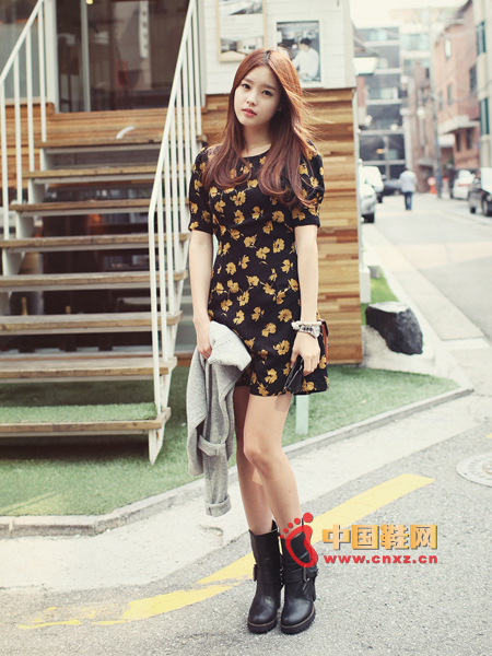Clear and natural print dress, deciduous decor is quite appropriate