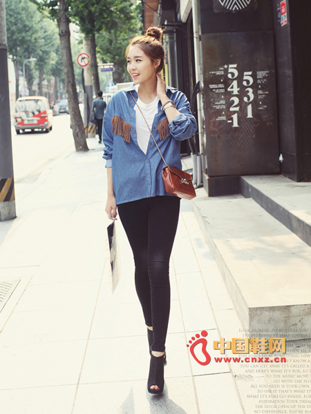 Unique tassel embellished denim shirt, very eye-catching, very handsome feel