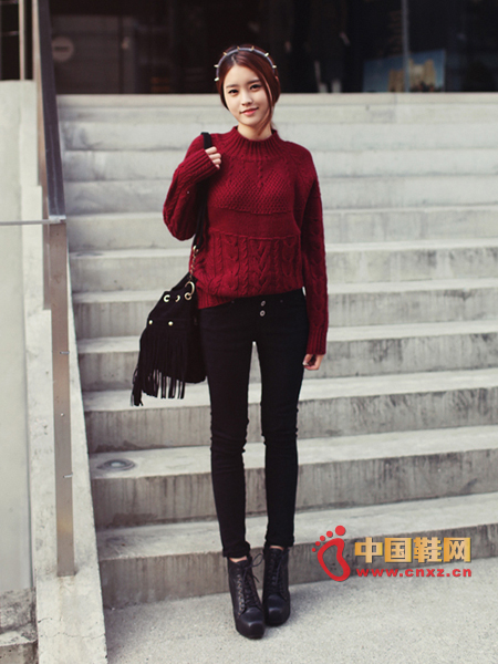 Small turtleneck sweater with raglan sleeves, not bloated style