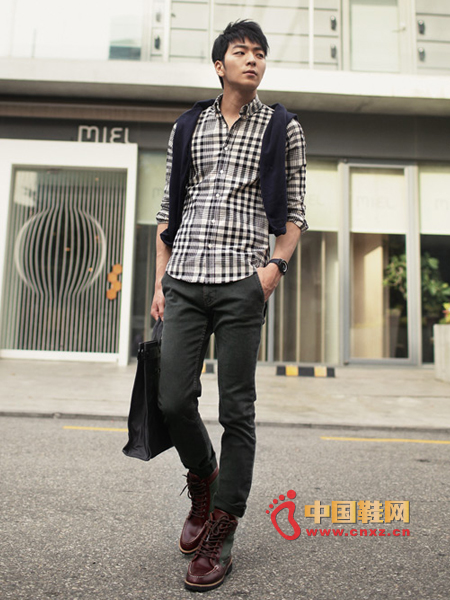 Simple plaid shirt, simple and comfortable, with dark khaki jeans