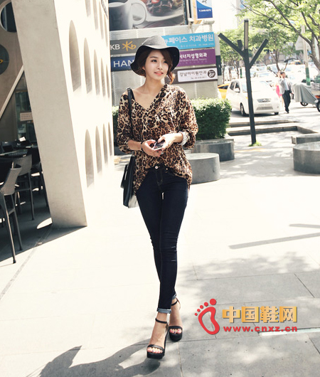 Leopard-colored shirt with an atmospheric, feminine feel