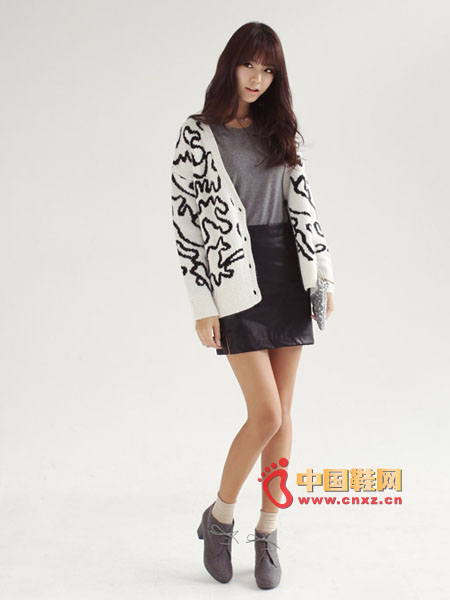 H-type mini leather skirt, side zipper and cut design give the model a lot of extra points