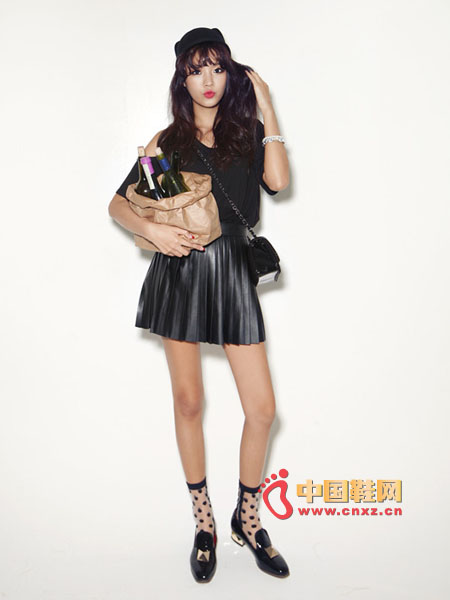 Pleated pleated mini leather skirt, half-height, properly stretched leg lines