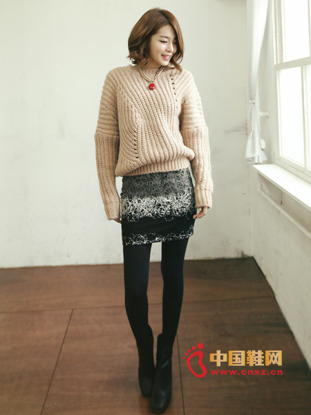 Coarse-knit pullover with asymmetrical knit lines on both sides