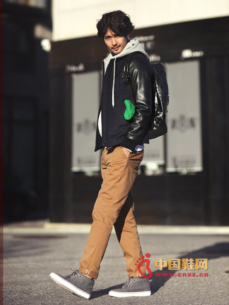 Leather sleeve color matching stitching jacket, a very stylish one, mix and match hoodie sweater and casual trousers