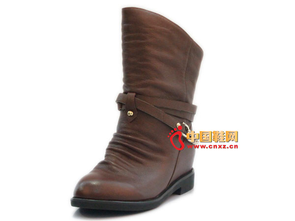 The helpless fold design, with the classic buckle decoration, popular among petty bourgeoisie favorite.