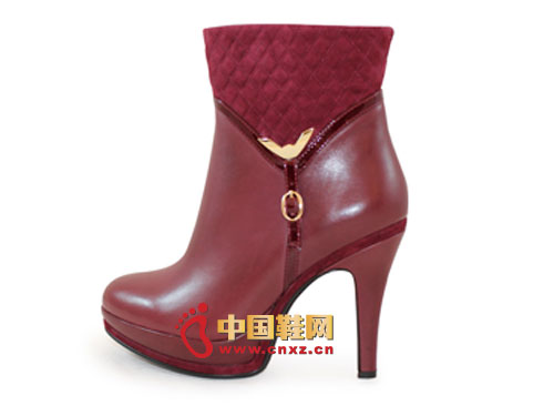 Conspicuous metal buckles make the burgundy uppers more lively and lively.