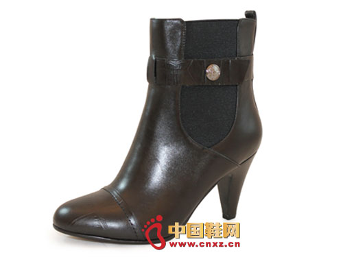 Smooth lines, unique buckle design enhance the overall sense of fashion shoes.