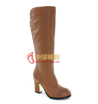 Brown boots made of high-grade leather, with a fresh design style and low-key gorgeous